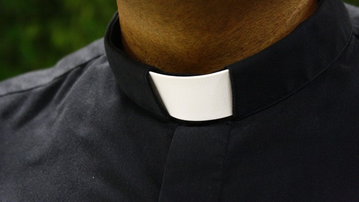 Ksiądz oskarżony o gwałt na nastolatce. Podstępem zwabiał ją na plebanię
